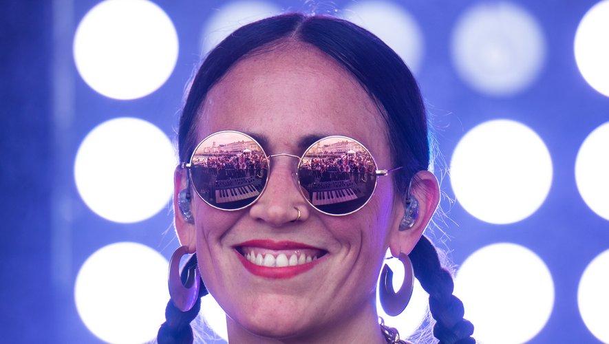La Chica distille ses textes-mantras en anglais et espagnol, occupant la scène comme un ring, en tenue de boxeuse