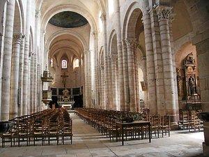 « Le plan de l'édifice reprend donc le plan de l'église romane antérieure, avec une nef centrale large, encadrée par deux bas-côtés et un chœur à déambulatoire et chapelles rayonnantes. Des chapiteaux romans sont même remployés dans l'édifice neuf. »