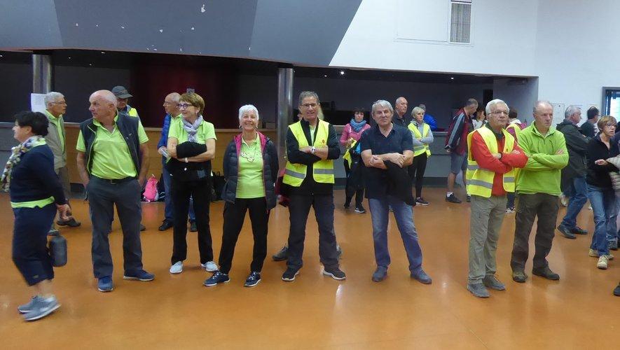 Les deux équipes luco-primauboises engagées attendant le départ du parcours « pro-expert » : les randonneurs et randonneuses du dimanche.