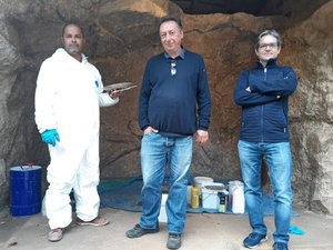 Alain Dalis (au centre)cette semaine à Montrozier,aux côtés d'un membrede son équipe et d'Alain Soubrié, du musée archéologique.