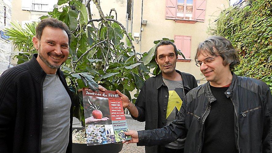 Patrick Allemand, Jérôme Delcuzoul et Laurent Couderc (de gauche à droite) ont présenté leur journée du fruit devant un figuier.