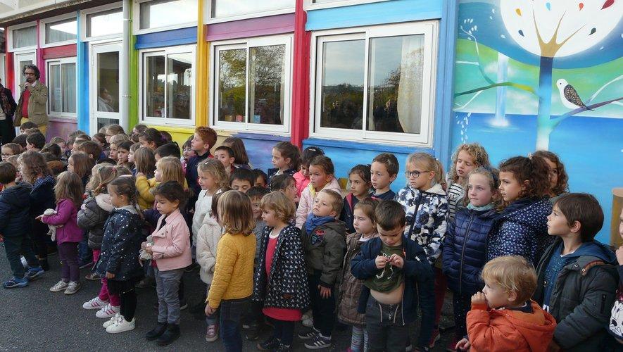 Les enfants de maternelle ont chanté en premier, devant leur fresque.