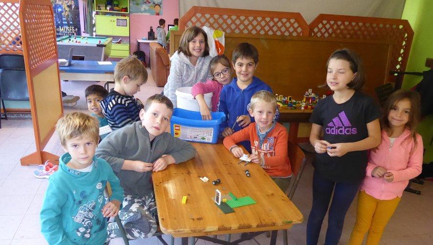 Les 6-9 ans encadrés par Marieet Marion, impatients de fabriquerdes savons.