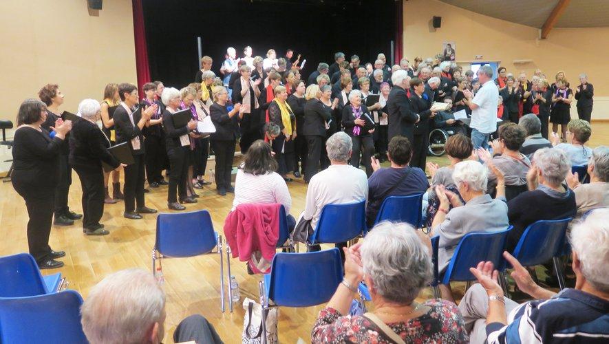 La chanson « Les Restos du cœur », interprétée en chœur.