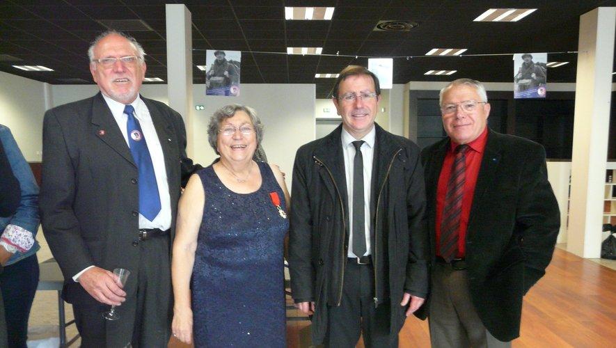 Nicole Schira entourée de son époux, du maire J.P. Keroslian et de C. Sellier, président de l'ANMONM.