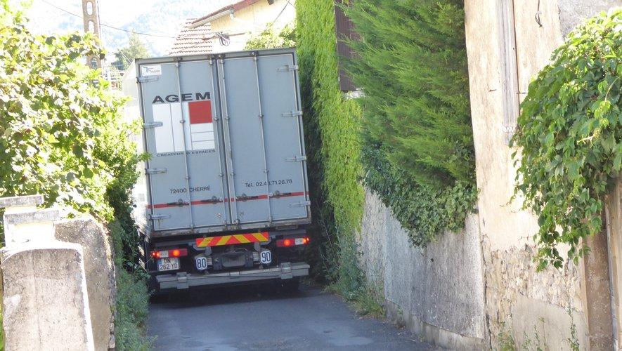 Un poids lourd, engagé dans la rue de la Rode, peine à circuler.