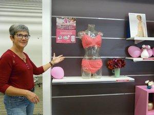 Mme Tuéry devant sa vitrine rose, juste avant l'animation