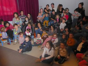Des enfants et leurs parents assistant à l'un des deux spectacles proposés.