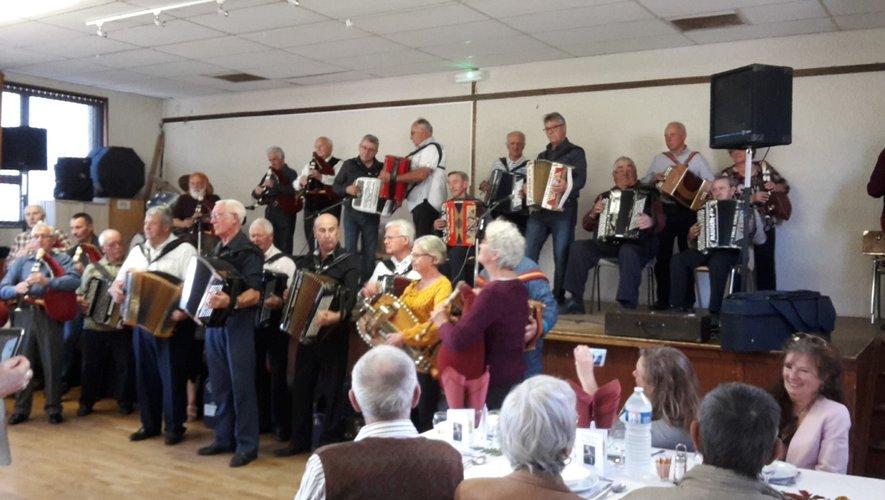 Plus de 110 personnes sont venues fêter en musique les 30 ans des Viadénaïres et se sont donné rendez-vous pour le 11 novembre, une soirée qui fêtera les 30 ans d'existence du bal folklorique de Cantoin chaque lundi soir.