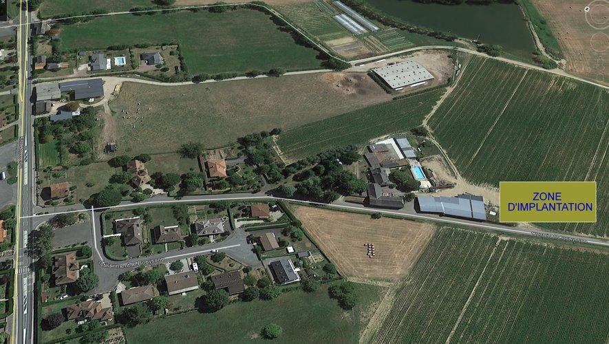 Le site ou serait prévu un élevage de 12 000 poules pondeuses est situé à proximité des lotissements du Bouyssou, du Roumégas et des maisons.