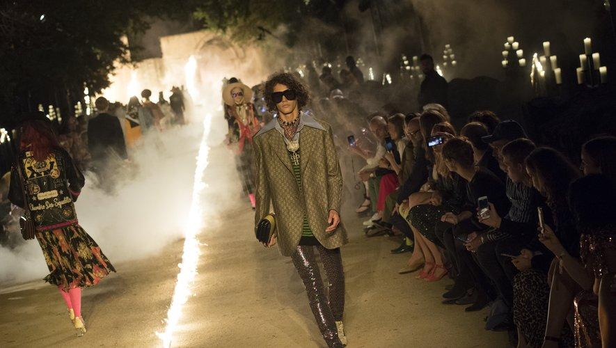 Gucci présentera sa prochaine collection Croisière aux Etats-Unis. Ici un look issu du défilé Croisière 2019 de la maison italienne aux Alyscamps à Arles, le 30 mai 2018.