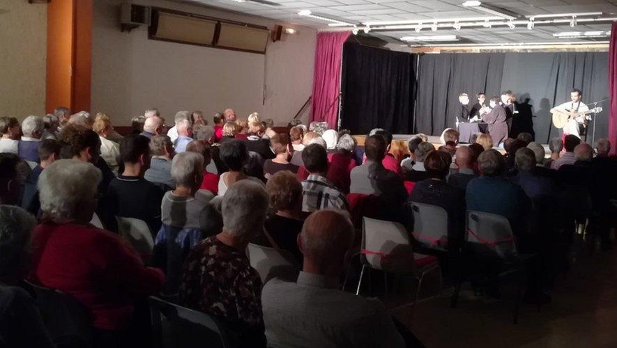 Un large public devant la mise en scène des « Caussignols »