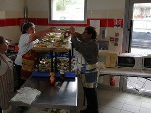 À Aventura Vallées, les cuisinières sont en plein travail.