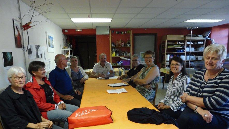 Les membres de l'association en assemblée dans leur local.