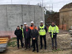 Les élus et les responsables  de l'entreprise Capraro devant le nouveau réservoir.  À droite l'ancien.