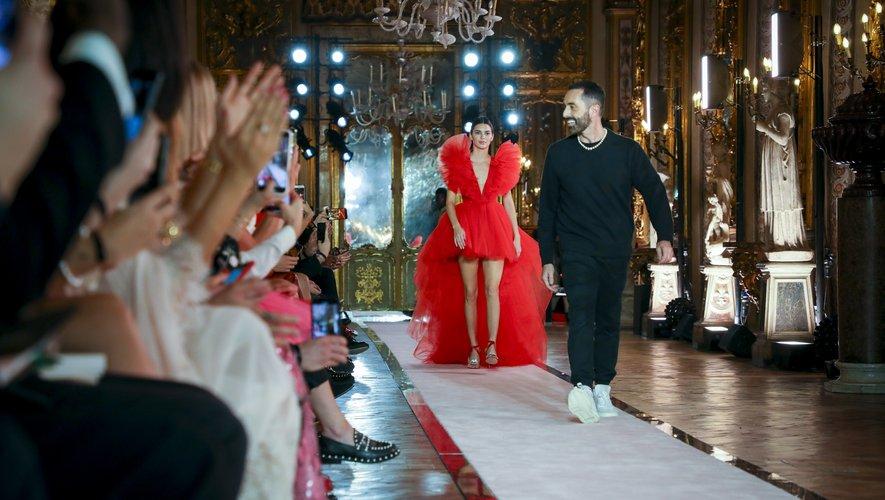 Kendall Jenner vient saluer les invités dans sa désormais célèbre robe en tulle rouge au côté de Giambattista Valli.