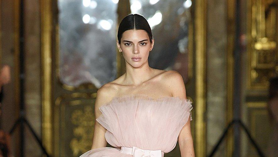 Kendall Jenner porte une mini-robe en tulle rose signée Giambattista Valli x H&M lors du défilé organisé à Rome.