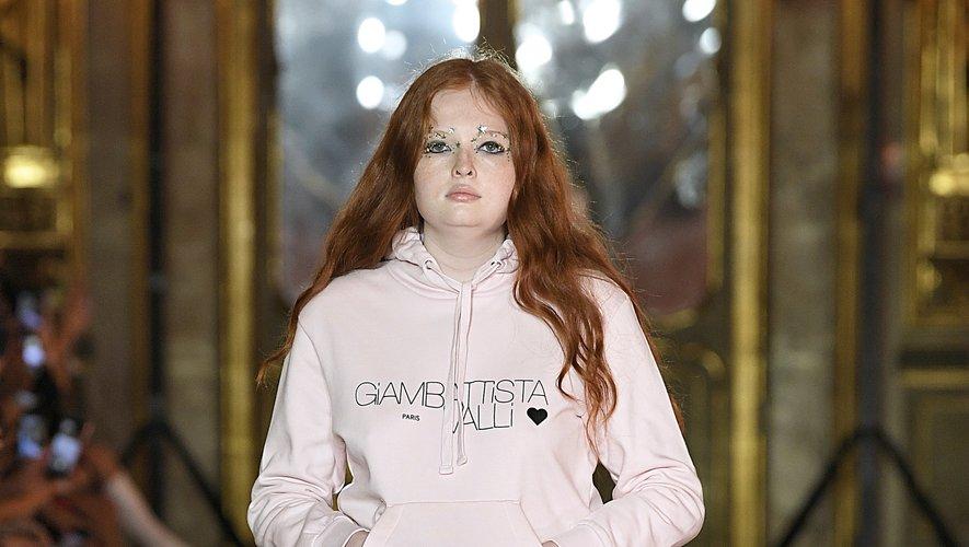Le tulle se marie à merveille avec des pièces d'inspiration streetwear dans la collection Giambattista Valli x H&M présentée lors d'un défilé organisé à Rome.