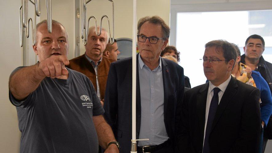Les élus, dont le président de Rodez Agglomération, Christian Teyssèdre, ont visité la nouvelle chaîne d'abattage, sous la conduite des travailleurs en situation de handicap.