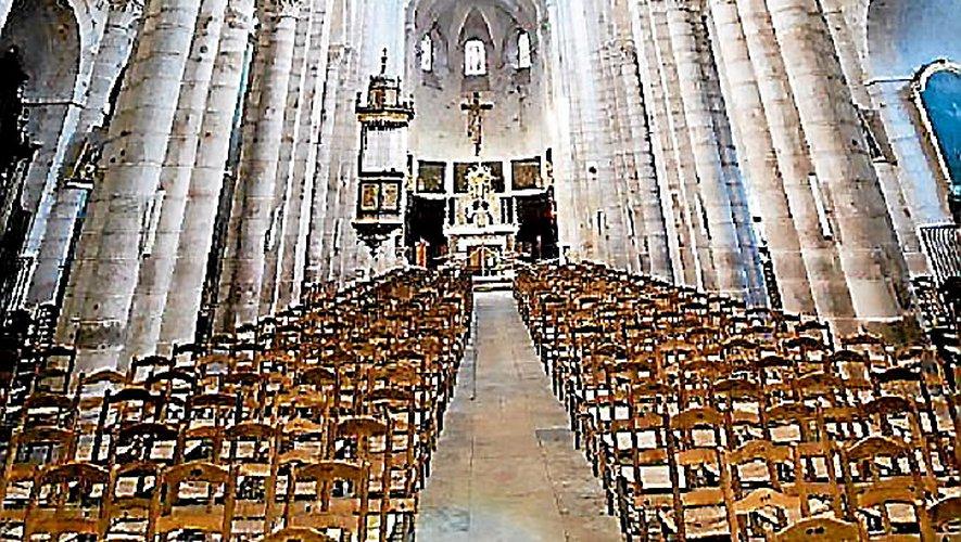 « Puis solennellement, l'évêque fait ouvrir la grande porte de l'église avant de tracer avec sa crosse le signe de la croix sur le seuil. »