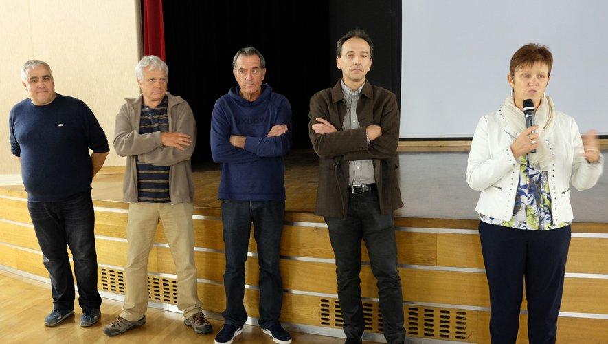 Florence Cayla, présente les auteurs du documentaire accompagnés d'un représentant d'EDF.