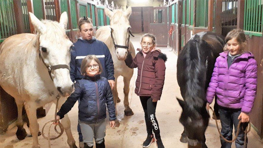 Anaïs Borne avec les premières jeunes stagiaires qui vont soigner les poneys avant de les monter.