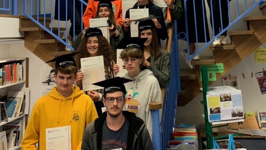 Les diplômés Cambridge fiers de leur dipôme.