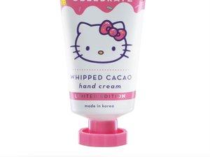 """""""The Creme Shop X Hello Kitty"""" se présente comme une crème pour les mains au cacao et au beurre de karité enrichie en vitamine E."""