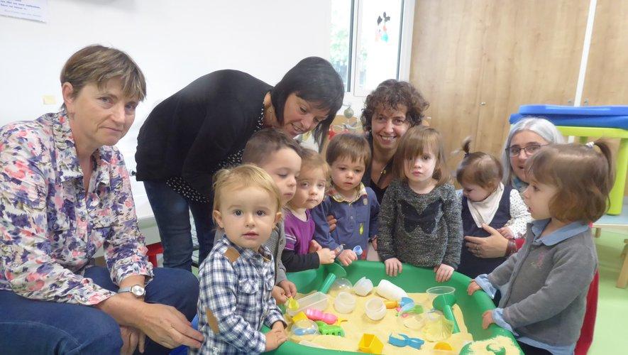 Quelques enfants du Ram et leurs nounous autour de Valéry Couly.