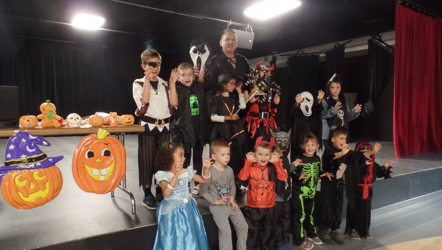 Les participants à cette soirée Halloween autour de leur professeur  Jean-Pierre Kolimaga.
