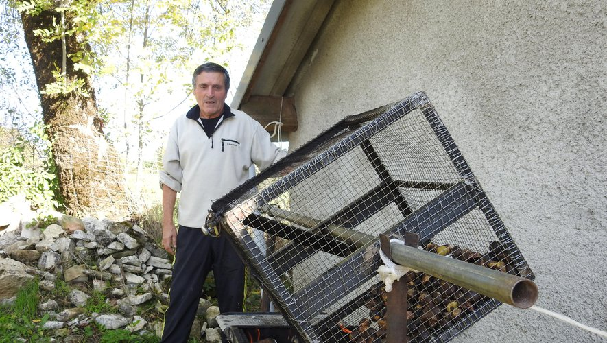 Jacques Bou s'est chargé de griller les châtaignes pour les voisins réunis.