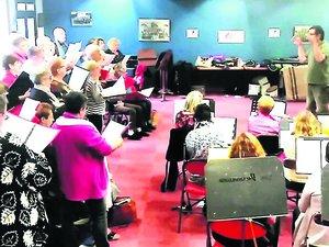 Choristes et musiciens répètent de concert.