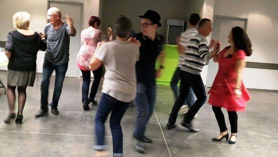Après l'assemblée, le groupe de danseurs a envahi la piste.
