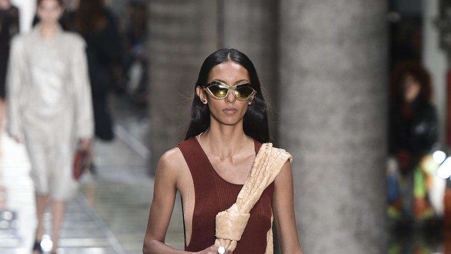 Un mannequin présente une création de la collection printemps-été 2020 de Bottega Veneta, le 19 septembre 2019 à Milan.