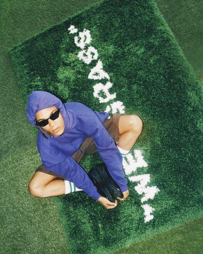 Tapis vert, poils hauts issu de la collection  MARKERAD par IKEA et Virgil Abloh.