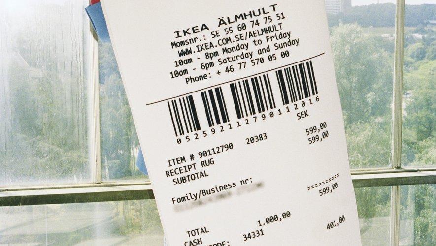 Tapis noir et blanc, poils ras, issu de la colection MARKERAD par IKEA et Virgil Abloh.