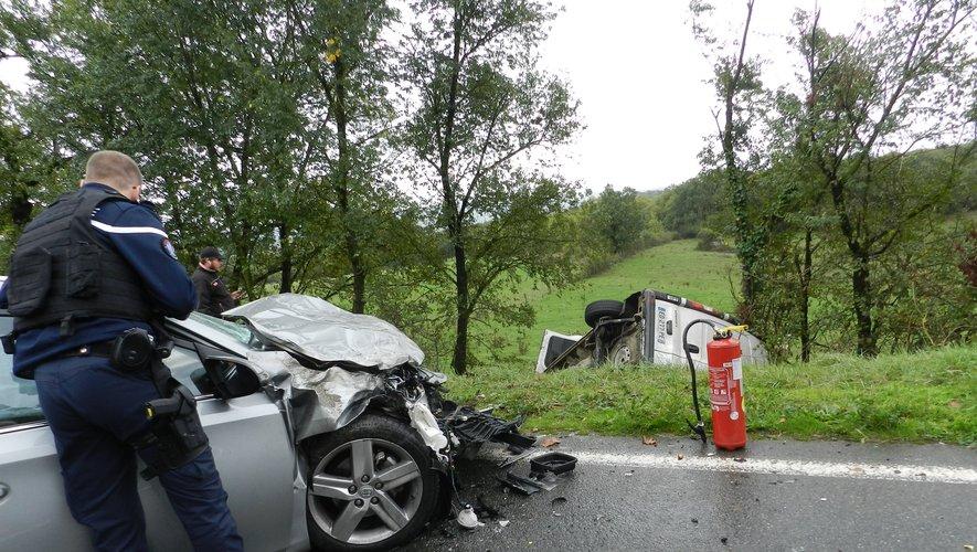 L'état des véhicules, dont l'un a été projeté en contre-bas, atteste de la violence du choc.