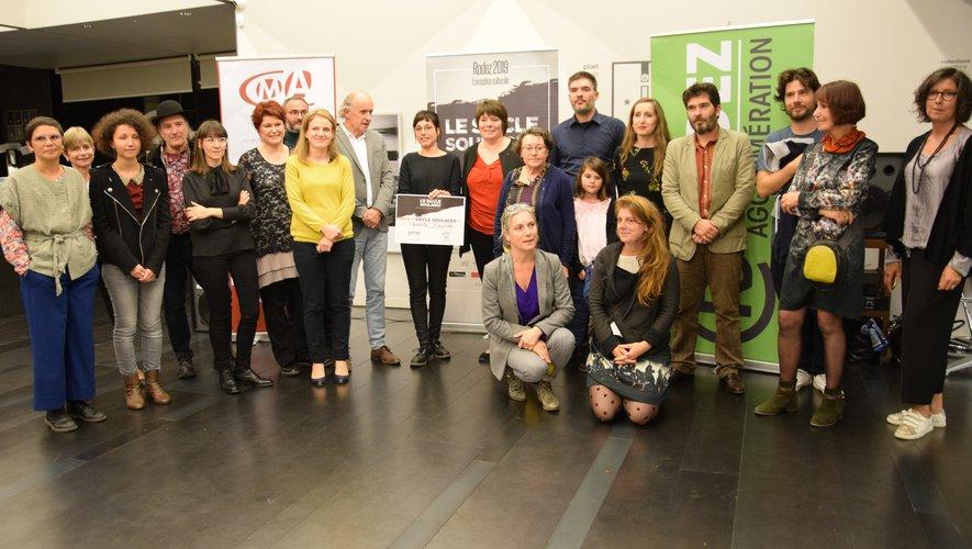 Charlotte Giacobbi au centre de la photo avec le prix.