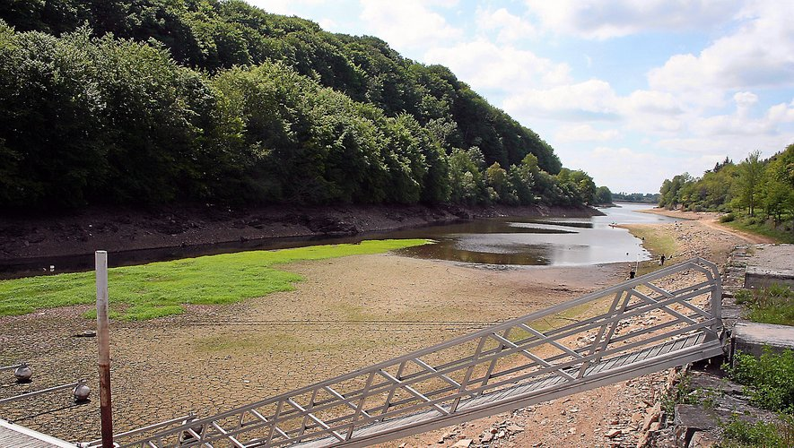 Un bras du lac de Pareloup en été, hors prélèvement hydroélectrique. Les sécheresses vont se multiplier selon les spécialistes.