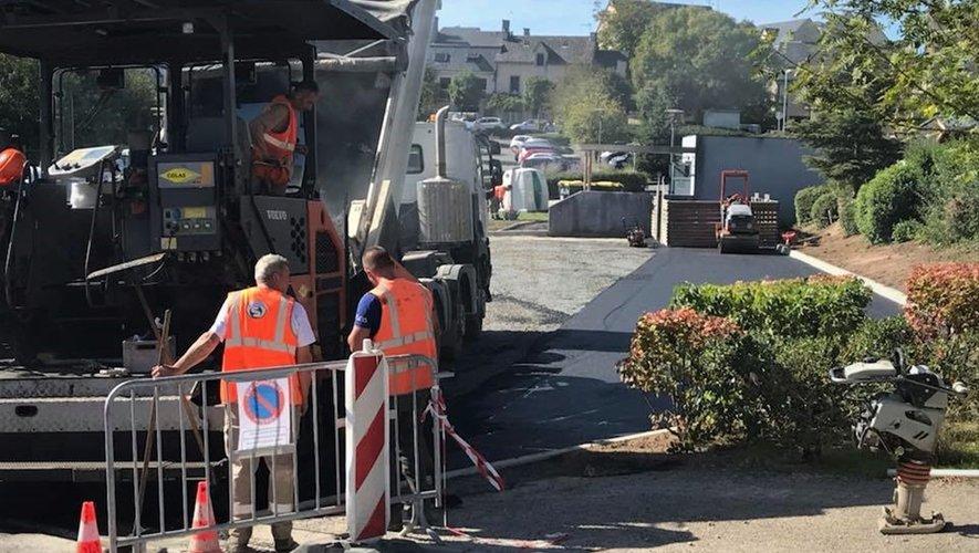 Les engins de chantier sont intervenus récemment pour redonner une seconde jeunesse à la place François-Mitterrand et à l'espace proche du collège.