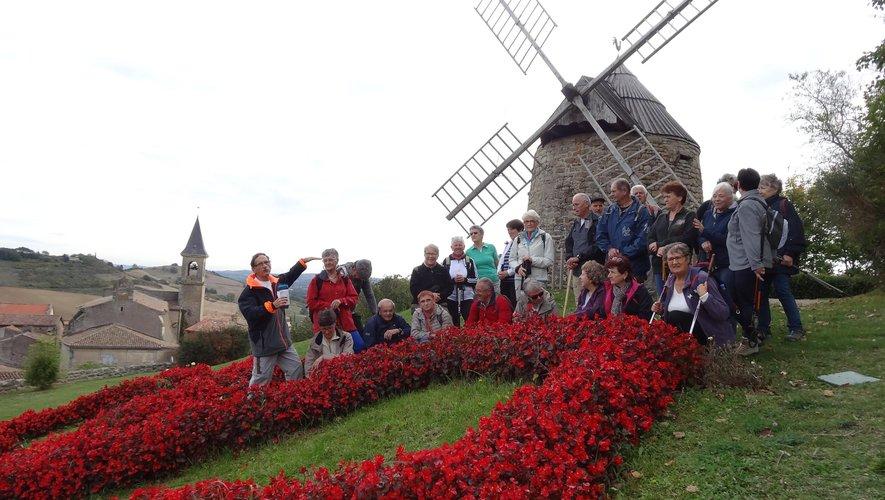 Les 36 marcheurs auriacois autour du vieux moulin de Lautrec encore utilisé pour la farine et a servi à écraser les feuilles de pastel.