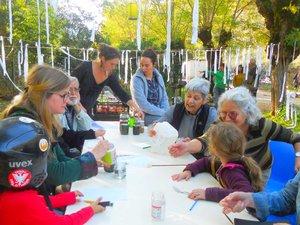 Petits et grands autour des ateliers de création proposés par Stanie.
