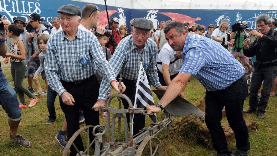 Yvon et Henri Morvan (G), célèbres chanteurs bretons de 85 et 88 ans, ont annoncé le 31 octobre mettre un terme à leur carrière, entamée il y a plus de soixante ans