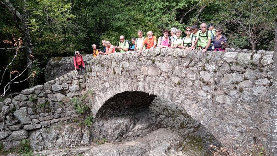 Les participants à cette escapade sur le pont enjambant la rivière de Labeaume.