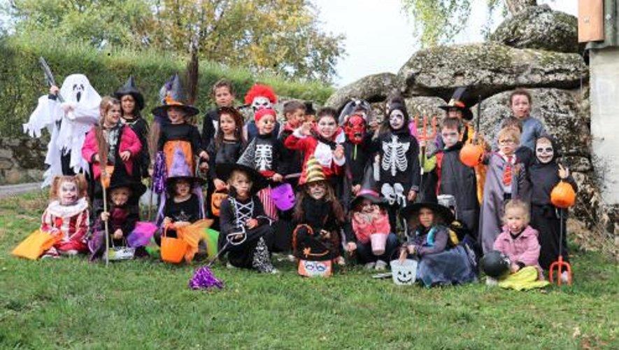 Le groupe de petits monstres a arpenté les rues du village pour récolter bonbons et friandises.