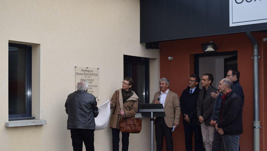 La plaque en hommageau Dr Pierre Raynal a été dévoilée.