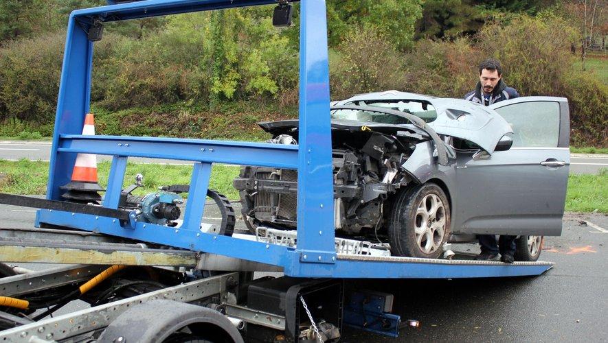 L'un des deux véhicules, dont l'état témoigne de la violence du choc, emporté par le dépanneur.