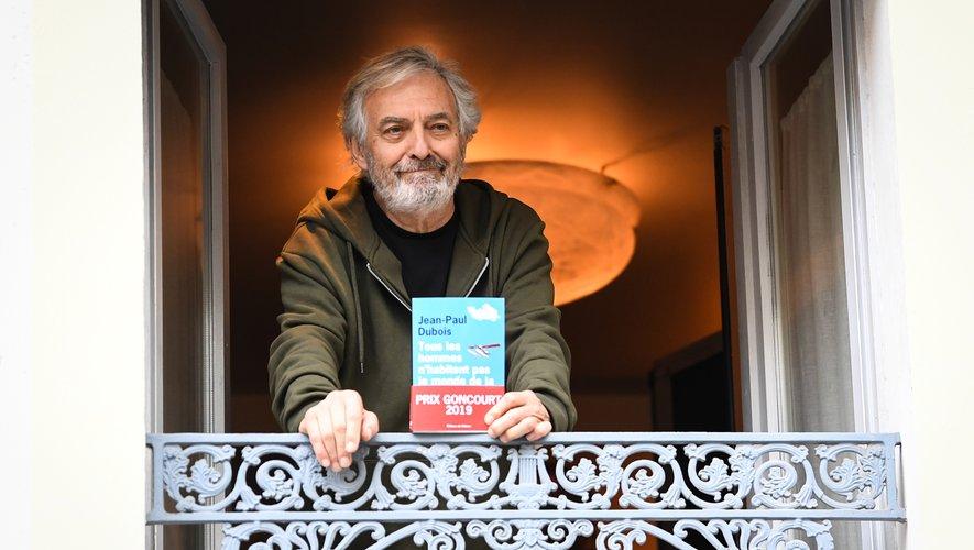 """Jean-Paul Dubois pose avec son roman """"Tous les hommes n'habitent pas le monde de la même facon"""""""