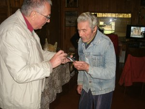 Yves Garric remet le DVD à Jean Yves.