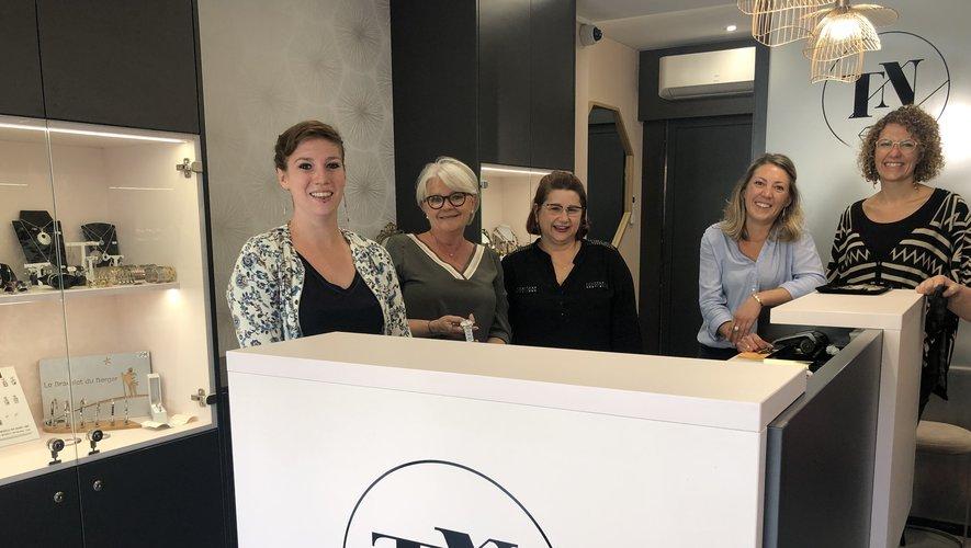Une équipe de femmes à la bijouterie joaillerie Truel-Nogaret. À droite l'architecte.
